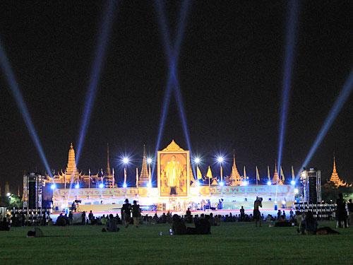 Konzert vor dem stimmungsvoll illuminierten Königspalast. Anlass war der Geburtstag Bhumibols Anfang Dezember. (Foto: Sören Peters)