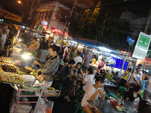 Gut und günstig: Bangkok ist ein absolutes Mekka für Streetfood! Diese Aufnahme entstand an der Thanon Rambuttri, die parallel zur Khao San Road verläuft. (Foto: Sören Peters)