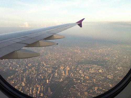 """Wir beenden den Foto-Rundgang durch Bangkok mit dem Anflug auf den Suvarnabhumi-Airport. Ich hoffe, dass ich schon bald in diese wahrhafte Stadt der Engel zurückkehren kann. Wie heißt es noch so schön in """"Hangover 2""""? Bangkok hat ihn jetzt - und es gibt ihn nicht wieder her. (Foto: Sören Peters)"""