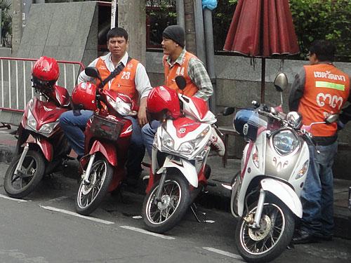Eine andere Art der Fortbewegung ist das Motorradtaxi. Hier warten Fahrer auf Kundschaft. (Foto: Sören Peters)