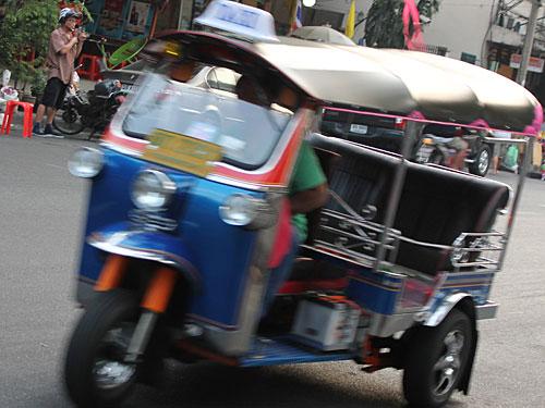 In Bewegung bleiben: Tuk-Tuks tragen zum Stadtbild bei. Mit dem Fahrer verhandelt man - im Gegensatz zum Taxi jedoch einen Festpreis. (Foto: Sören Peters)
