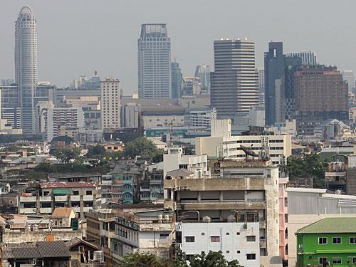 Auch das ist Bangkok: Hinten die modernen Hochhäuser, im Vordergrund einfache Wohngebäude, bei denen der Putz von der Wand bröckelt. (Foto: Sören Peters)