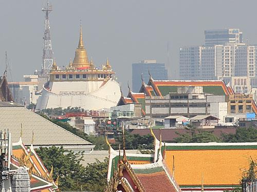 Der Golden Mount im Kontext mit der Stadt, gesehen vom Wat Arun. (Foto: Sören Peters)