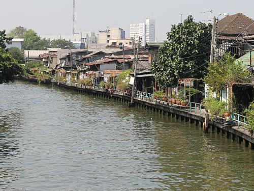 """Gleich dahinter fließt einer der zahlreichen Kanäle (""""Khlongs"""") durch die Stadt. (Foto: Sören Peters)"""