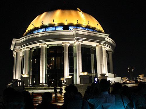 Markant ist vor allem die goldene Kuppel auf dem Dach, die auch tagsüber eine herausragende Landmarke ist. (Foto: Sören Peters)