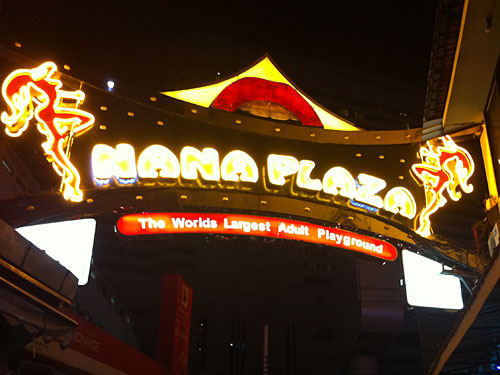 """Der nach eigenen Angaben weltgrößte Spielplatz für Erwachsene ist der Nana-Komplex. So """"schlimm"""" wie man meinen mag, geht es dort jedoch nicht zu. Hier gibt es Bars, die Premier League zeigen und wer nur ein Bier trinken möchte, wird auch nicht dazu gedrängt, in einen Tabledance-Laden zu gehen. Vier interessanter ist es, Leute zu gucken. By the way: Patpong, Soi Cowboy und Nana sieht zusammen vielleicht so groß wie die Reeperbahn. So viel also zum Red-Light-Bangkok. (Foto: Sören Peters)"""