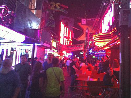 """Wir bleiben im etwas verruchten Bangkok: Die Soi Cowboy im Sukhumvit-Viertel war Drehort von """"Hangover 2"""". Doch so demoliert wie im Film sieht die Straße nicht aus. (Foto: Sören Peters)"""