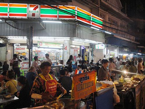Ebenfalls typisch für Bangkok: 7eleven. Rund um die Uhr bekommt man in den gefühlt 10.000 Filialen alles für den täglichen Bedarf. (Foto: Sören Peters)