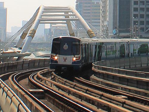Zwei Linien gibt es aktuell, die sich an der Station Siam treffen. In naher Zukunft soll das Netz erweitert werden. Hier fährt eine Bahn in Chong Nonsi ein. (Foto: Sören Peters)