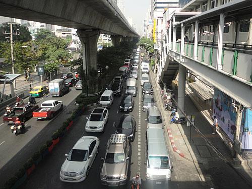 Die Sukhumvit Road ist eine der Hauptverkehrsachsen der Stadt. Hier liegen auch zahlreiche Hotels. Auf den Stelzen fährt der Skytrain. (Foto: Sören Peters)