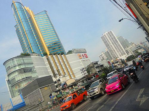 Etwas stilvoller sind das schon die Shopping-Tempel rund um die Station Siam, etwa das Siam Paragon, oder hier das Terminal 21 an der Sukhumvit Road. (Foto: Sören Peters)