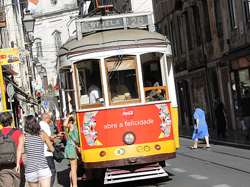 """""""Mach Dir Freude auf"""" besagt die Werbung an der Linie 28, hier aufgenommen an der Rua da Conceição. Gleiches trifft auf die Tram an sich auch zu. (Foto: spe)"""