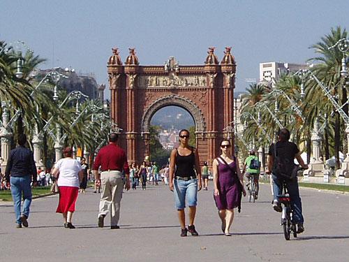 Barcelona lässt sich prima zu Fuß oder mit dem Rad entdecken - wie hier am Triumphbogen am Ende des Passeig Lluís Companys. (Foto: spe)