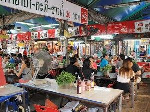 Das kulinarische Angebot auf dem Chatuchak.Markt reicht vom traditionellen Thai-Essen bis zum gegrillten Steak. (Foto: spe)