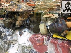 Hier gibt es (fast) alles: Selbst Gasmasken zeigt dieser Army-Shop in der Auslage. (Foto: spe)