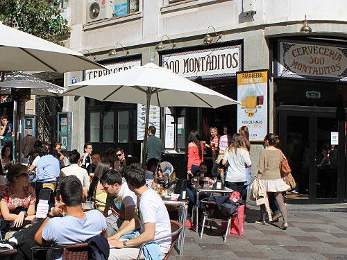 ...entweder man stärkt sich in der Calle Montera - hier die Cervezeria-Kette 100 Montaditos. (Foto: spe)