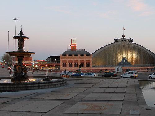 Am Ende des Paseo del Prado liegt der Bahnhof Atocha, Ziel der Terroranschläge auf Nahverkehrszüge am 11. März 2004 mit 191 Toten und 2.051 Verletzten. (Foto: spe)