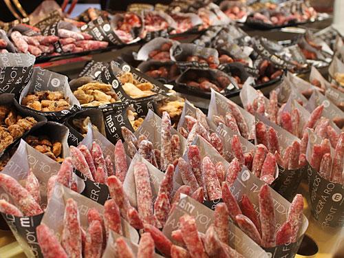 Neben herzhaften Mini-Fuets gibt es auch frisches Obst, belegte Baguettes (bocadillos), Getränke, Meeresfrüchte, und und und. (Foto: spe)
