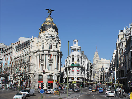 Typische Postkartenansicht: Vorne das Metropolis-Gebäude, rechts der Blick hinauf zur Gran Vía. (Foto: spe)