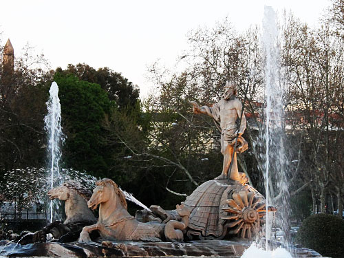 Den großen Kreisverkehr vor dem Museum ziert der Neptunbrunnen. (Foto: spe)