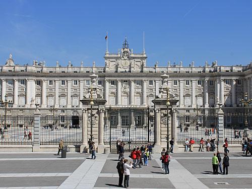 Die Kathedrale liegt gegenüber des Königspalastes. (Foto: spe)