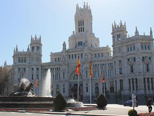 Nach wenigen Gehminuten erreicht man die Plaza de Cibeles mit dem Kybele-Brunnen im Mittelpunkt. Hier feiert Real Madrid seine Titel. Hier befindet sich auch der Palacio de Comunicaciones, die ehemalige Postverwaltung. (Foto: spe)