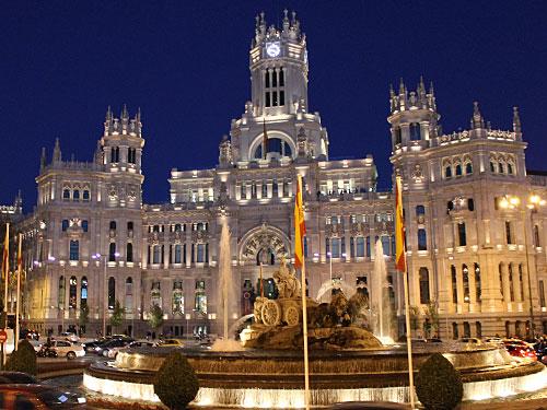 Wenn es dunkel wird, hüllt sich die Stadt in ein Lichterkleid. Hier die Plaza de Cibeles. (Foto: spe)