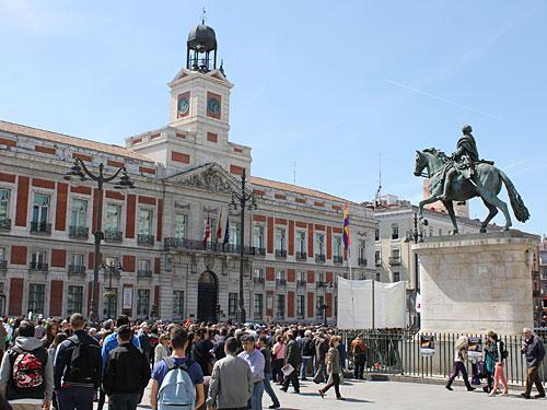 Die Puerta del Sol ist nicht nur der Mittelpunkt Madrids, hier ist auch der Null-Kilometerstein der spanischen Nationalstraßen. Im Mittelpunkt des Platzes steht ein Reiterstandbild von König Karl III. Dominierendes Gebäude ist die Casa de Correos. (Foto: spe)