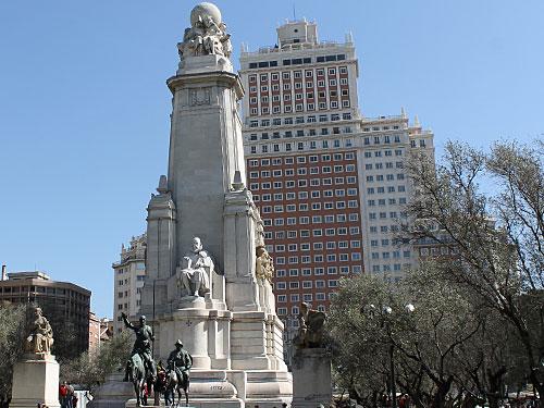 ...bis zur Plaza España. In der Mitte das Cervantes-Denkmal, dahinter das Edificio España. (Foto: spe)