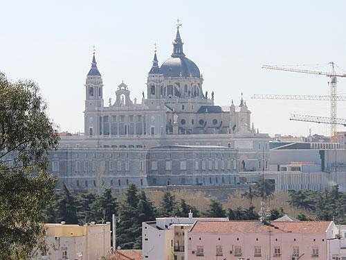 Hinter dem Templo de Debod eröffnet sich ein Blick auf den Süden Madrids, inklusive der Kathedrale Santa Maria de la Almudena. (Foto: spe)
