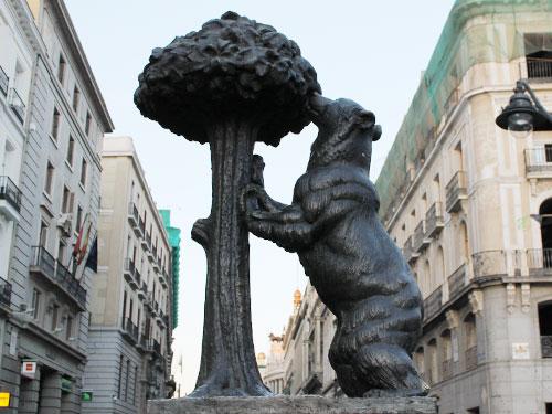 Wir hören auf, wo wir angefangen haben: Das Stadtwappen ist an der Puerta del Sol dargestellt: Der Bär und der Erdbeerbaum. (Foto: spe)