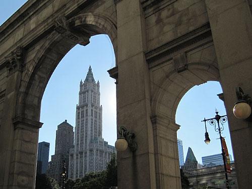 Das 241 Meter hohe Woolworth Building in Lower Manhattan, vom Municipal Building aus gesehen. (Foto: Durandal 85/Creative Commons)
