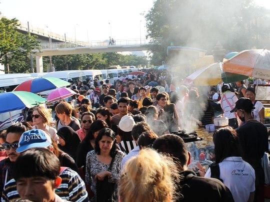 """Schon der Weg vom Skytrain zum Marktgelände ist wuseliger als der """"JJ Market"""" an sich. (Foto: Sören Peters)"""