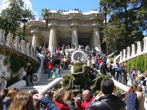 Am Vormittag beginnt der große Ansturm im Parc Güell. In der Hitze steigen sich die Besucher gegenseitig auf die Füße. (Foto: Rapomon/CC)