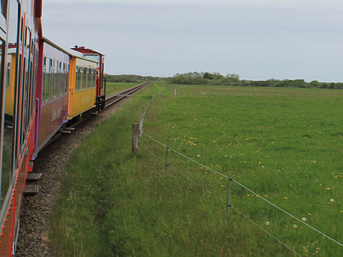 Los geht's: Fahrt mit der Inselbahn vom Hafen in den Ortskern. (Foto: Sören Peters)