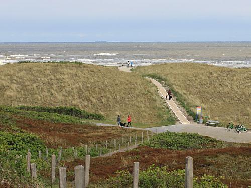 Blick vom Hügel, wo früher die Seenotrettungsstation stand. Der orangefarbene Kasten wird nicht mehr benötigt und wurde jüngst abgebaut. (Foto: Sören Peters)
