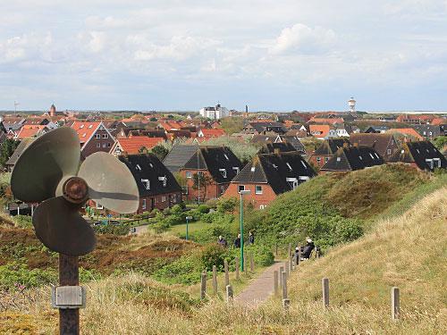 Im Schutz der Dünen stehen die Wohn- bzw. Ferienhäuser. (Foto: Sören Peters)