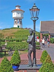 Lale-Andersen-Denkmal vor dem Wasserturm, dem Wahrzeichen und der beherrschenden Landmarke der Insel. (Foto: Huebi/wikimedia commons)