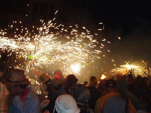 Einer der Höhepunkte bei katalanischen Festen: der Feuerlauf (Correfoc) - hier auf der Via Laietana beim Stadtfest La Mercè in Barcelona. (Foto: spe)