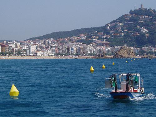 Und wenn wir schonmal ein Boot und das Meer im Blick haben, gleich noch eine Aufnahme vom Wasser aus, hier vor Blanes, wo sich die Costa Maresme von der Costa Brava abgrenzt. (Foto: spe)