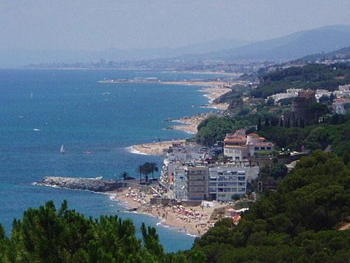 Der Aufstieg ist zwar ein wenig schweißtreibend, ermöglicht dafür aber diesen Ausblick auf Sant Pol und die Costa Maresme. (Foto: spe)