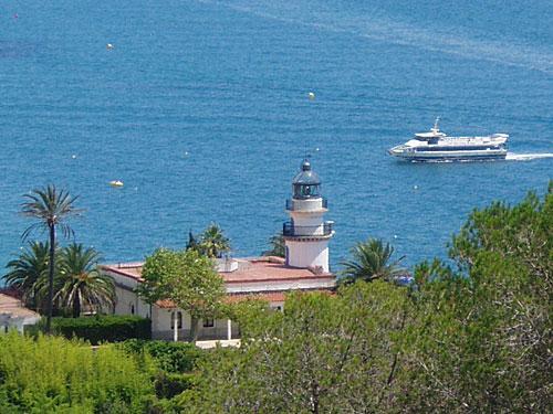 Auf der anderen Seite: Der Leuchtturm von Calella. (Foto: spe)