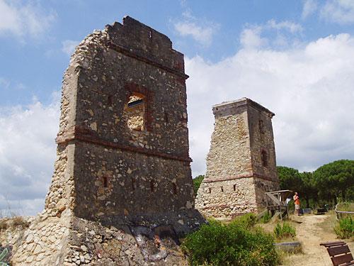 Oberhalb des Strandes von Calella thronen diese Ruinen. (Foto: spe)