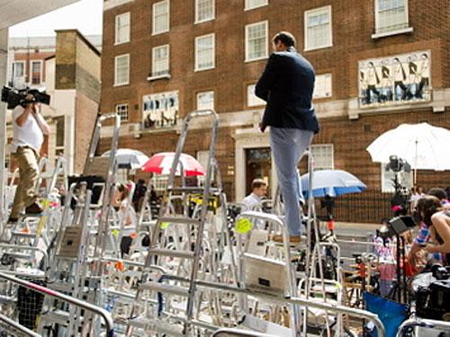 Kampf um das beste Bild: Paparazzi haben vor dem Lindo Wing des St. Mary's Hospital Leitern aufgestellt. (Fotocredit: siehe unten)