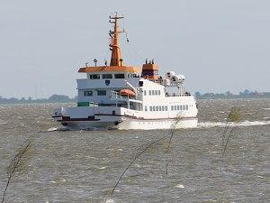 Eine Fähre nimmt Kurs auf den Langeooger Hafen. (Foto: Sören Peters)