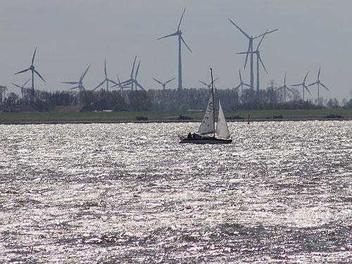 Gleich nebenan kann man sich windgeschützt an die Hafenmole setzen und das Treiben auf dem Wattenmeer beobachten. Ob Seglerromantik... (Foto: Sören Peters)