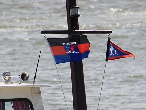 Flaggen wehen auf einem Boot im Hafen. (Foto: Sören Peters)