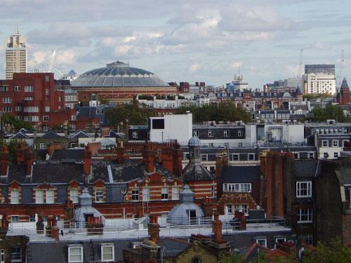 Blick von den Roof Gardens über London: In der Mitte die Royal Albert Hall, dahinter das London Eye. (Foto: spe)
