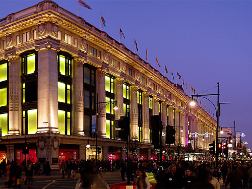 """Das Kaufhaus Selfridges an der weihnachtlich beleuchteten Oxford Street. Das 1909 gegründete Unternehmen wird mit dem Spruch """"Der Kunde hat immer Recht"""" in Verbindung gebracht. (Foto: Damien du Toit/coda via flickr.com)"""