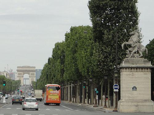 Blick über die Champs-Élysées zum Triumphbogen. (Foto: spe)